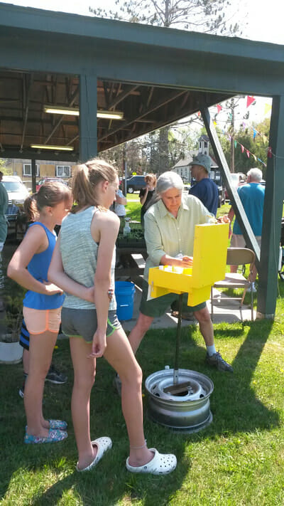 artist demonstrating the Berton Box painting kit